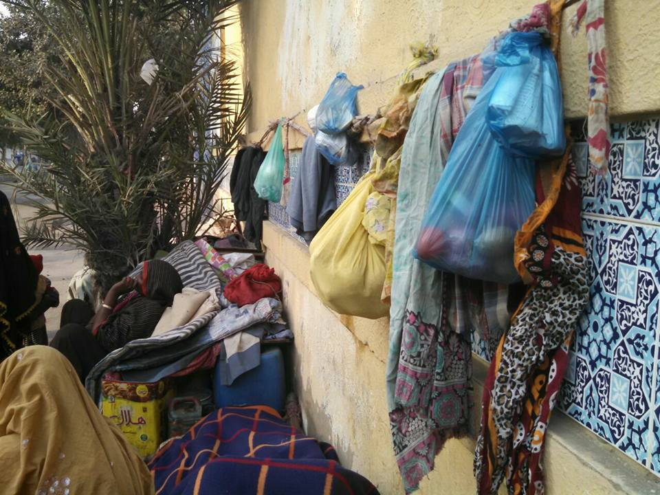 خانہ بدوش نے کھانے کی اشیاء کو جانوروں سے محفوظ رکھنے کے لئے دیوار پہ کیل میں سامان لٹکایا ہوا ہے