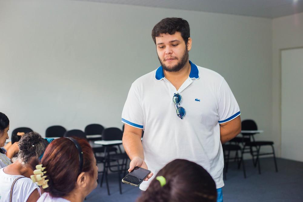 Jornalista entrevistando as participantes do Projeto