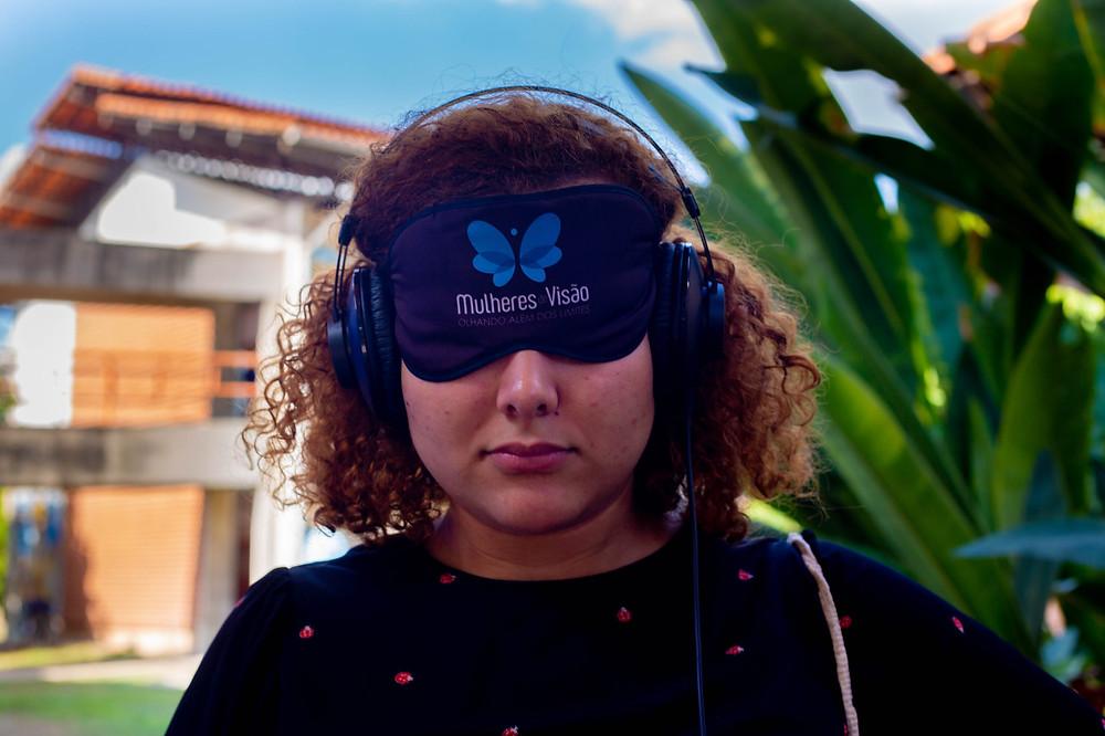 Andressa Mota , aluna do curso de arquitetura vendada participando do Túnel Sensorial