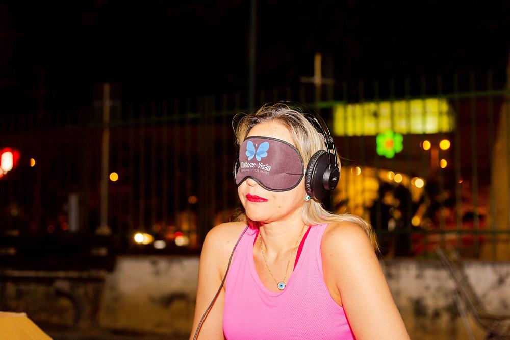 Lucivânia vendada e com fone de ouvido na saída do esperimento