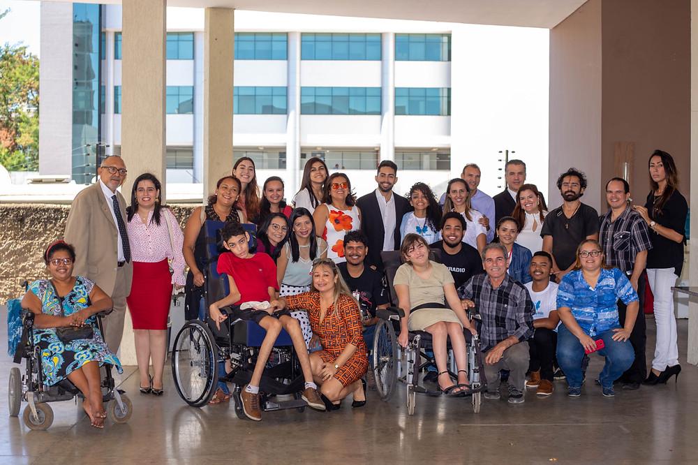 Mulheres participantes do projeto Mulheres de Visão, cadeirantes e colaboradores do projeto Mulheres de Visão pousando para uma fotografia