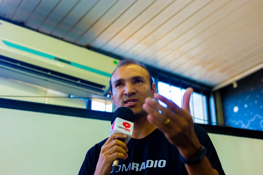 Professor Iraildon conversando com os universitários na UFPI