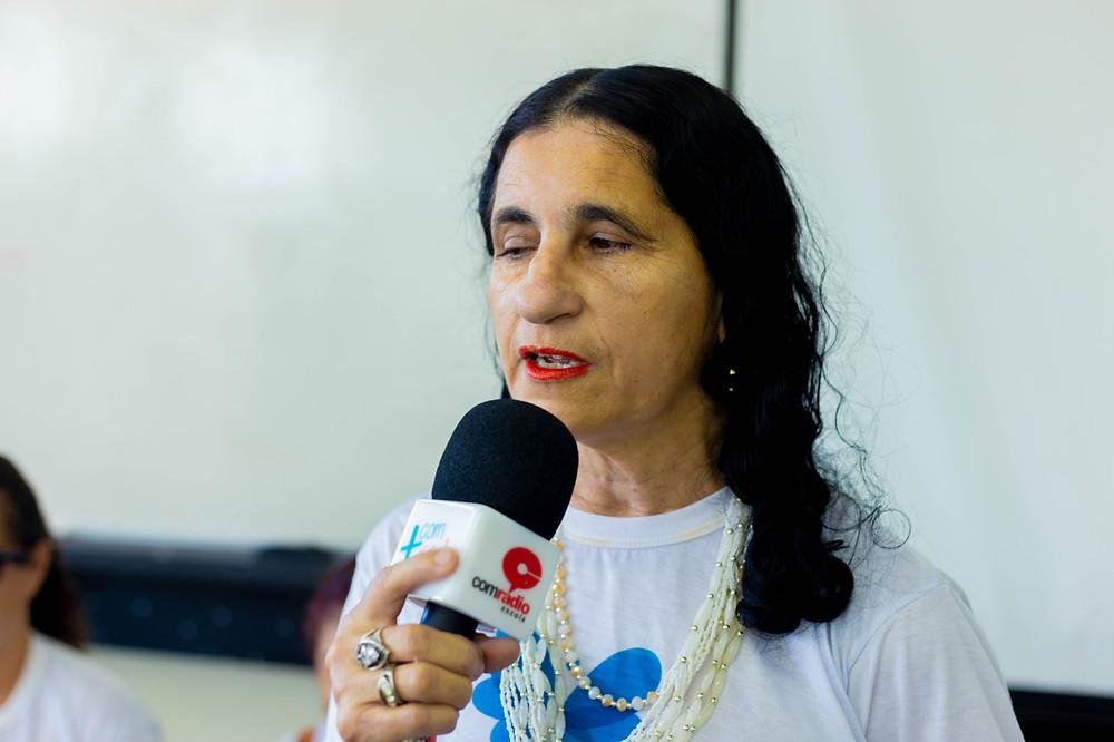 Solange falando no microfone para os alunos do curso de arquitetura do UFPI
