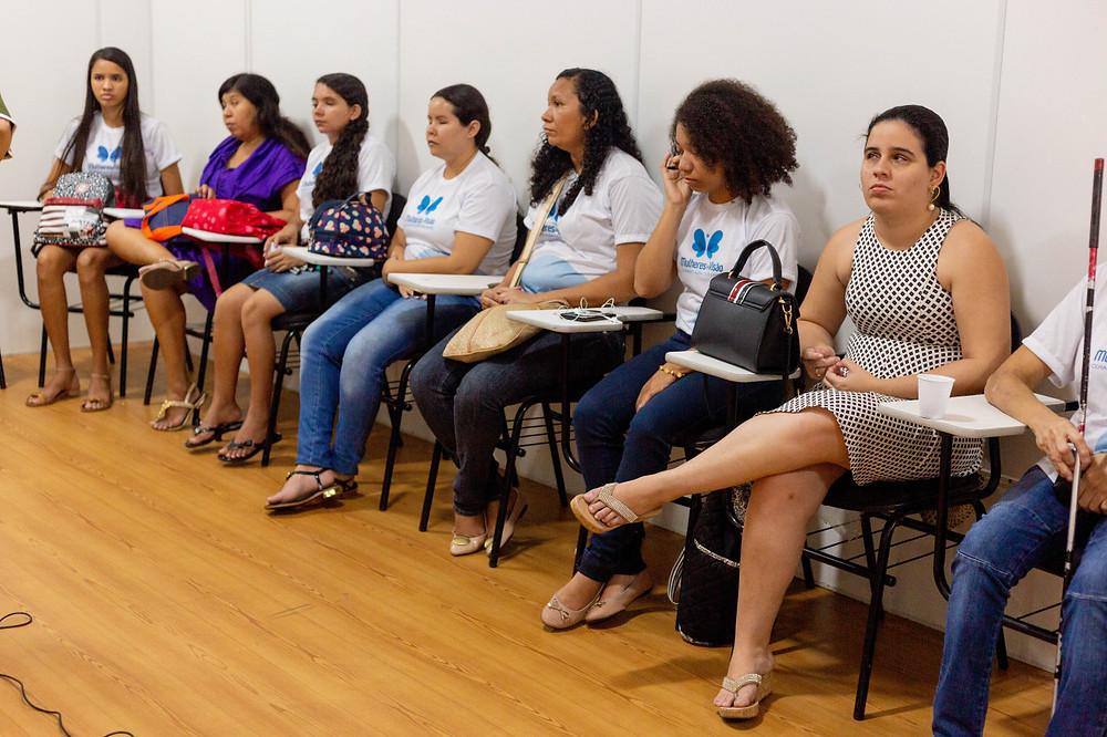 Mulheres participantes do projeto em sala de aula