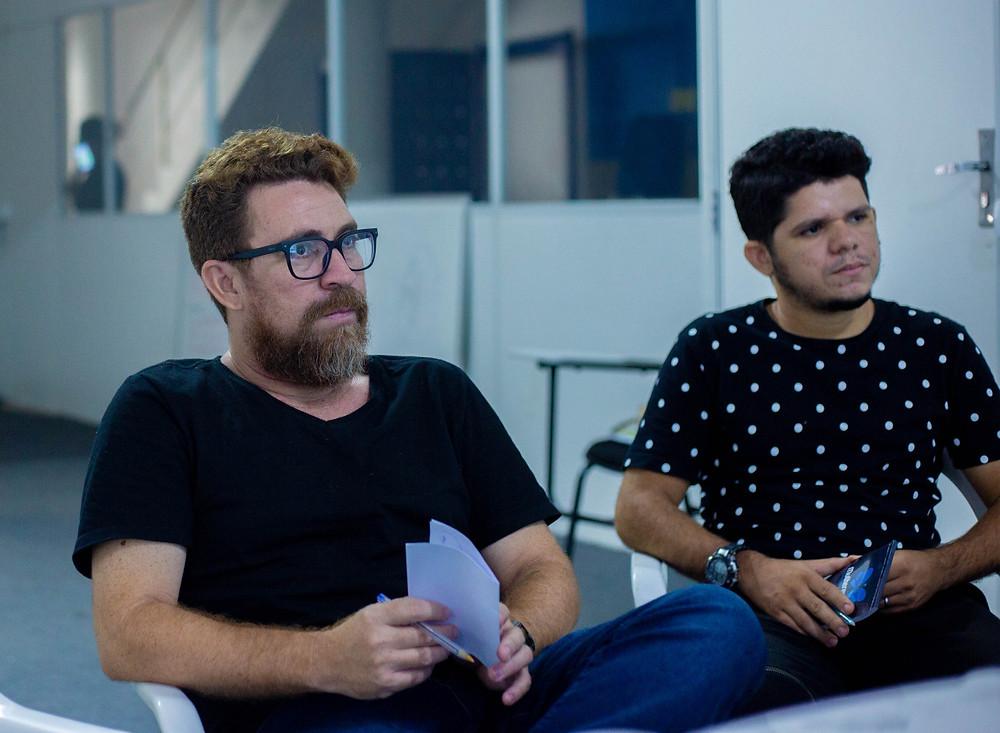 Na fotografia está o diretor André Leão com o colaborador Neoslandi Aleff