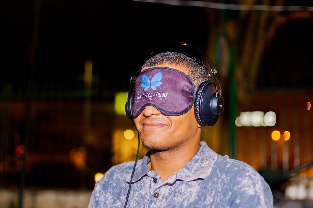 Ismael Silva, está com uma venda com a marca do Projeto MDV e um fone de ouvido
