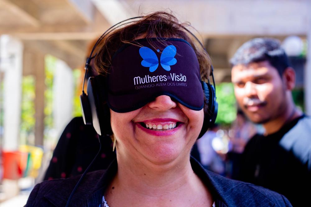 Professora Nicia vendada participando do experimento sensorial