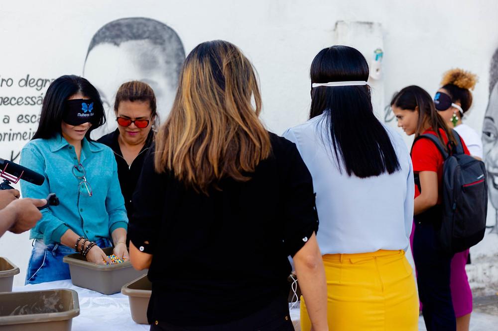 capa com mulheres participando de experiencia imersiva sensorial com vendas