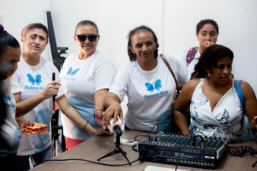Mulheres conhecendo o estúdio de rádio