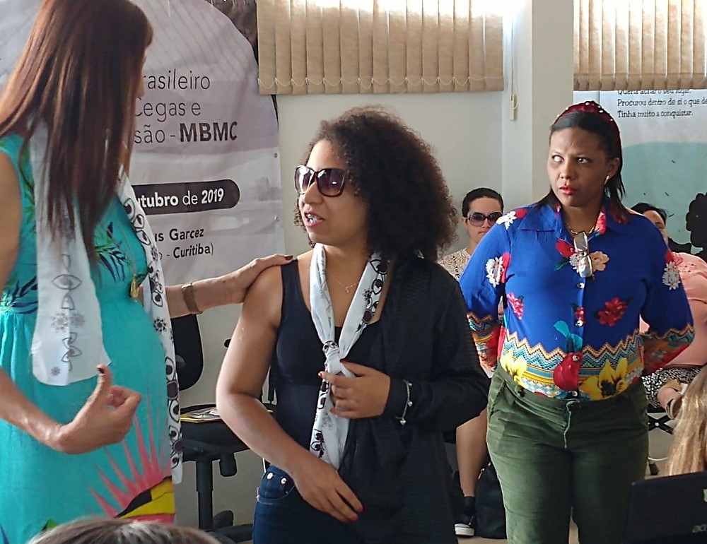 Mulheres conversando após apresentação