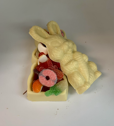 Coffre en chocolat blanc en forme de lapin intérieur bonbons