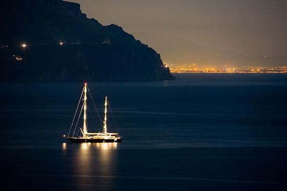 Корабль в ночное время