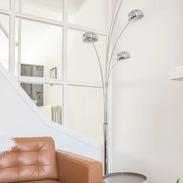 vakantiewoning vanille salon met lamp.pn