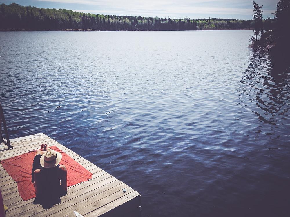 Blockhüttenromantik Cabin Life typisch kanadisch Sommer See Steg Kanu Hütte Wildnis Einsamkeit