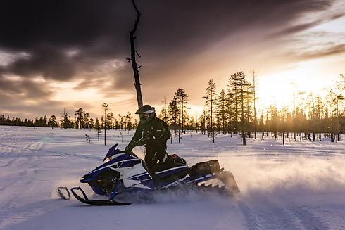 snowmobiles-2035500.jpg