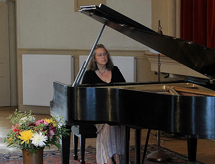 Diane Huling Plays Powerful Piano Recital