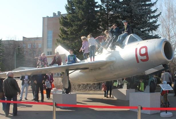 самолет -памятник Ю.Гагарина 1.jpg