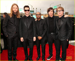 maroon-5-grammys-2013-red-carpet-05