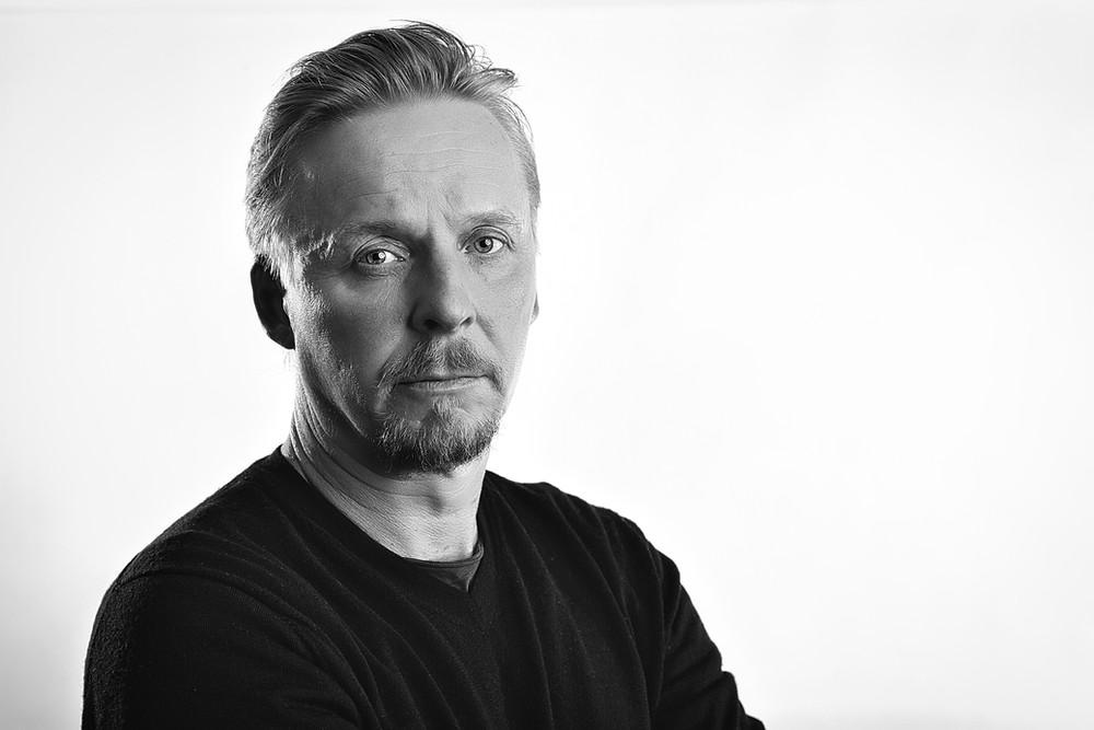 Sarjassa Komisario Koskisen roolissa nähdään näyttelijä Eero