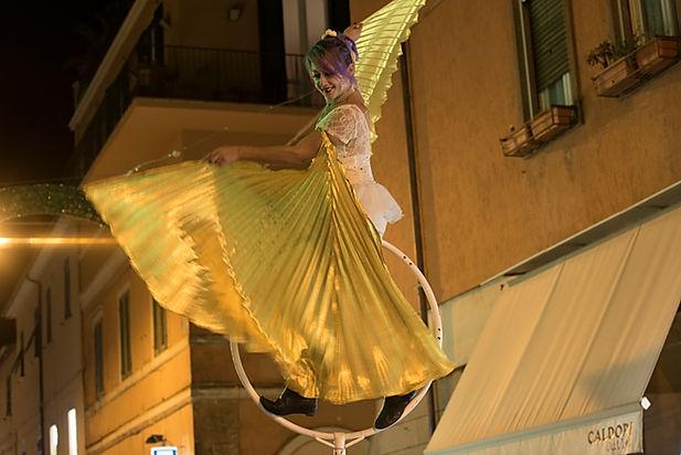 Danza aerea itinerante in spettacolo itinerante con farfalle luminose