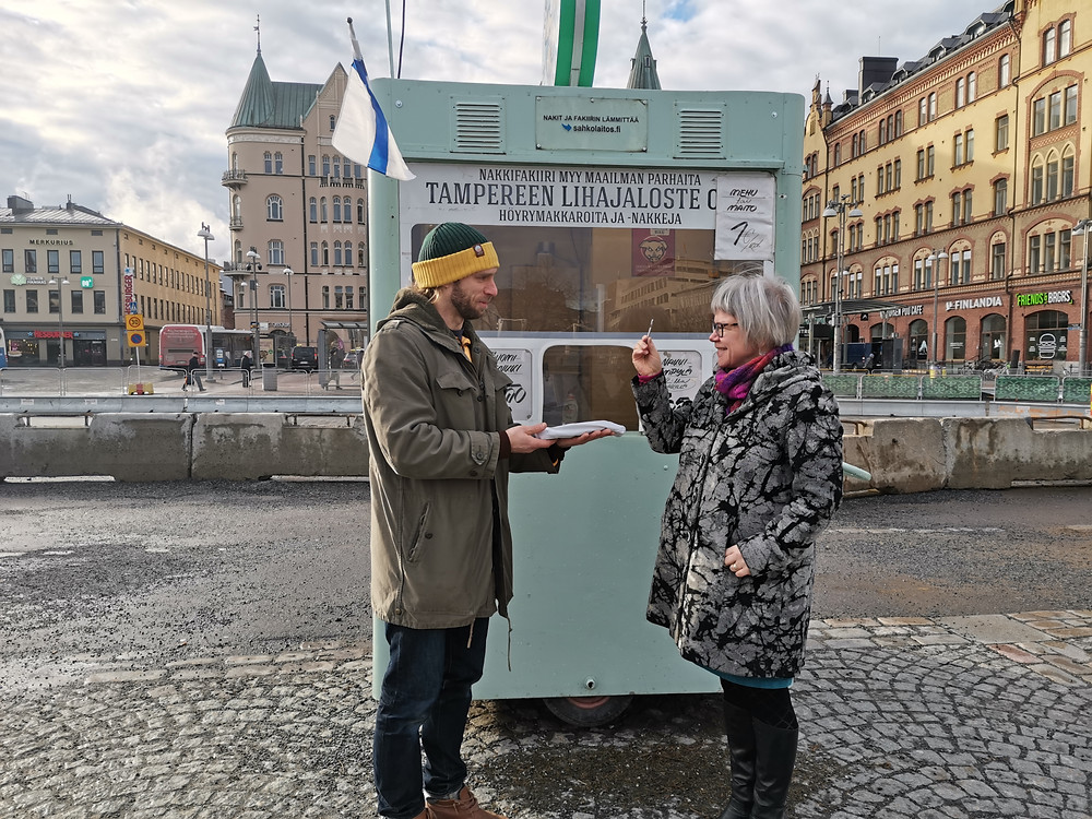 Kuvassa vanha ja uusi Nakkifakiiri. Kioskin avaimen vastaanottaa toiminnanjohtaja Mervi Janhunen-Ruusuvuori
