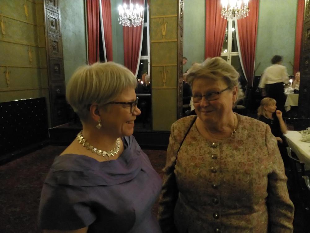 Kuvassa Mervi Janhunen-Ruusuvuori (vas.) ja Helena Ranta juhlagaalassa.