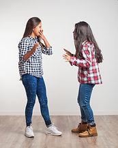 chicas-hablando-de-pie_1187-1905.jpg