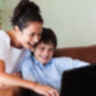 madre-e-hijo-divierten-computadora-porta