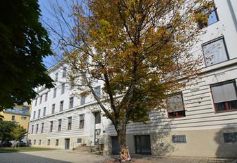 Schule von rechts.jpg