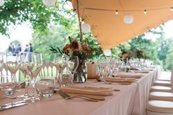 Les tables dressées...