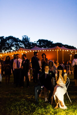 La nuit tombe et la tente s'illumine
