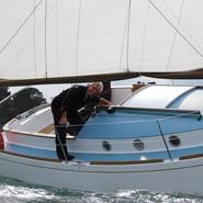 Un voilier aux larges passe-avant