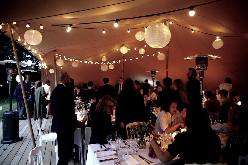 Un dîner de mariage sous la tente