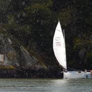Le bateau rase les rochers