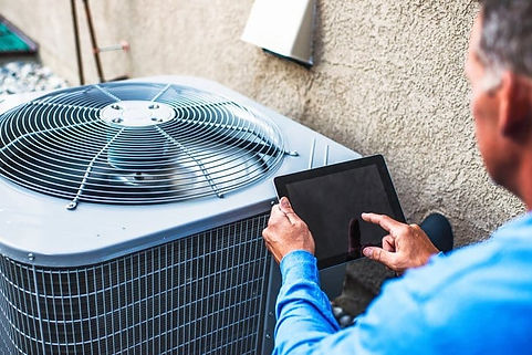 HVAC-contrator-diagnosing-air-conditioni