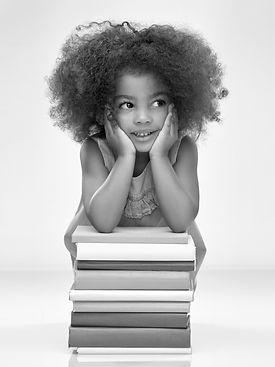 AdobeStock_298364953 girl with books blk