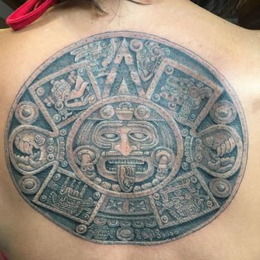 Tatuaje realista azteca mexicano en la espalda.