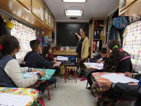 Saint-Ouen : les enfants roms apprennent l'école dans un camion