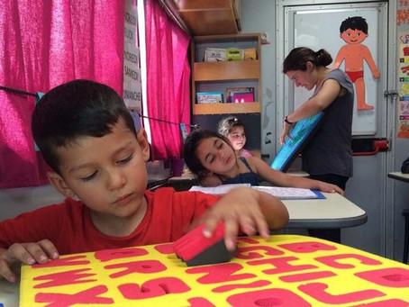 La Courneuve : le camion école fait classe dans les bidonvilles