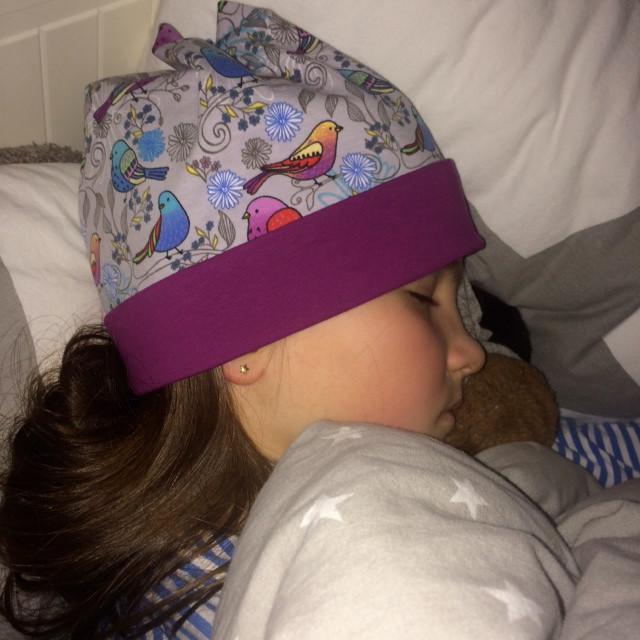 Feedback. Schlafendes Mädchen mit einer unserer Mützen. Sixx-Zagg-Mützen von prettybanana.com. Deine individuelle Mütze aus München.