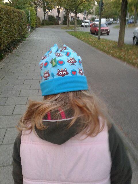 Münchner Mädchen mit unserer Mütze. Sixx-Zagg-Mützen von prettybanana.com. Deine individuelle Mütze aus München.