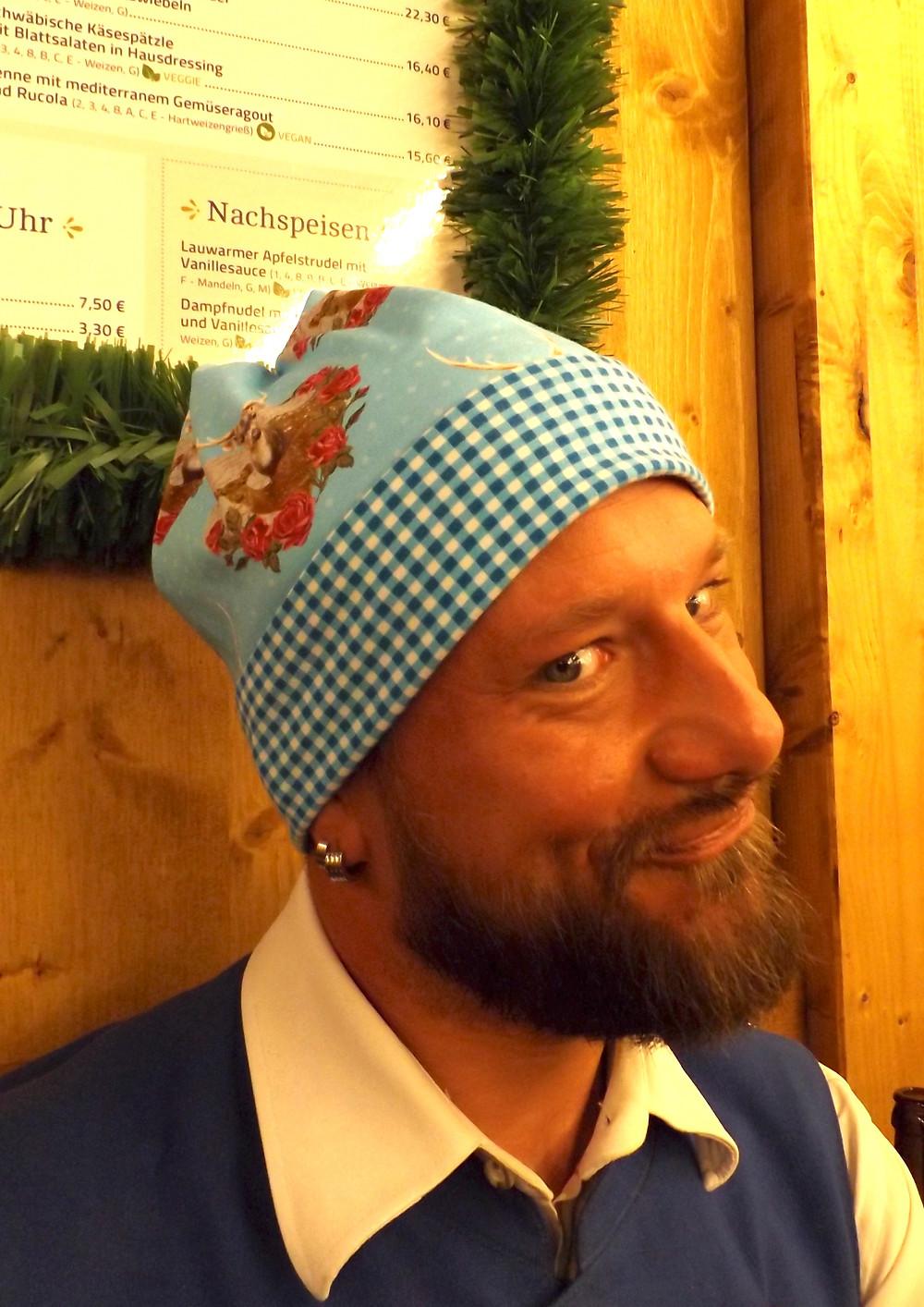 Wiesn, die Erste. Tom mit Mütze. Sixx-Zagg-Mützen von prettybanana.com. Deine individuelle Mütze aus München.