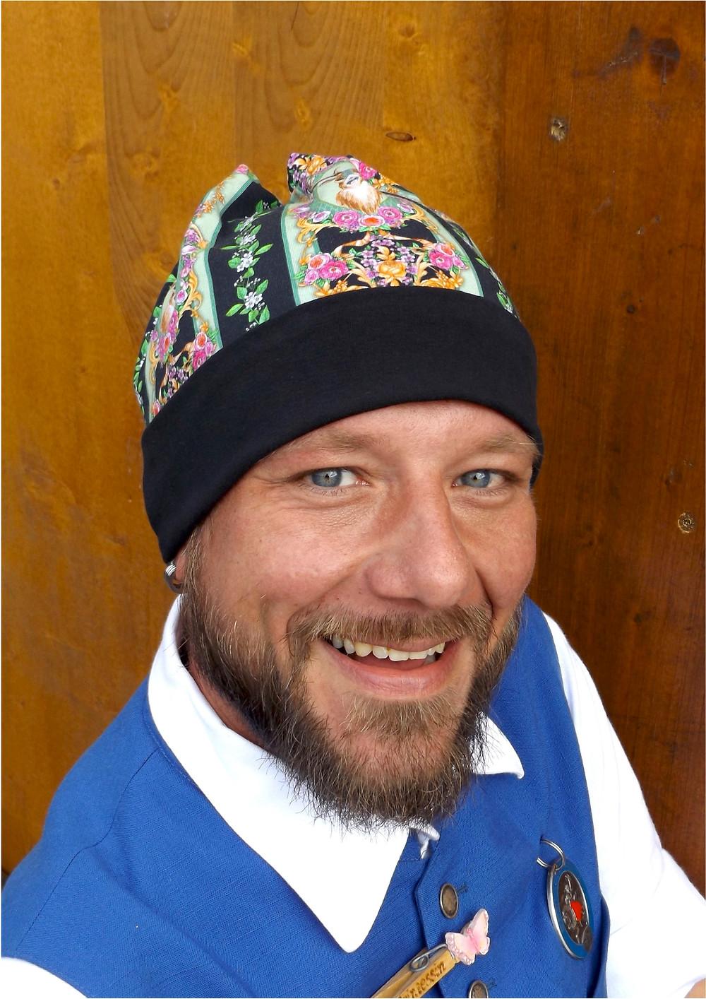 Wiesn, die Zweite. Tom mit Mütze. Sixx-Zagg-Mützen von prettybanana.com. Deine individuelle Mütze aus München.