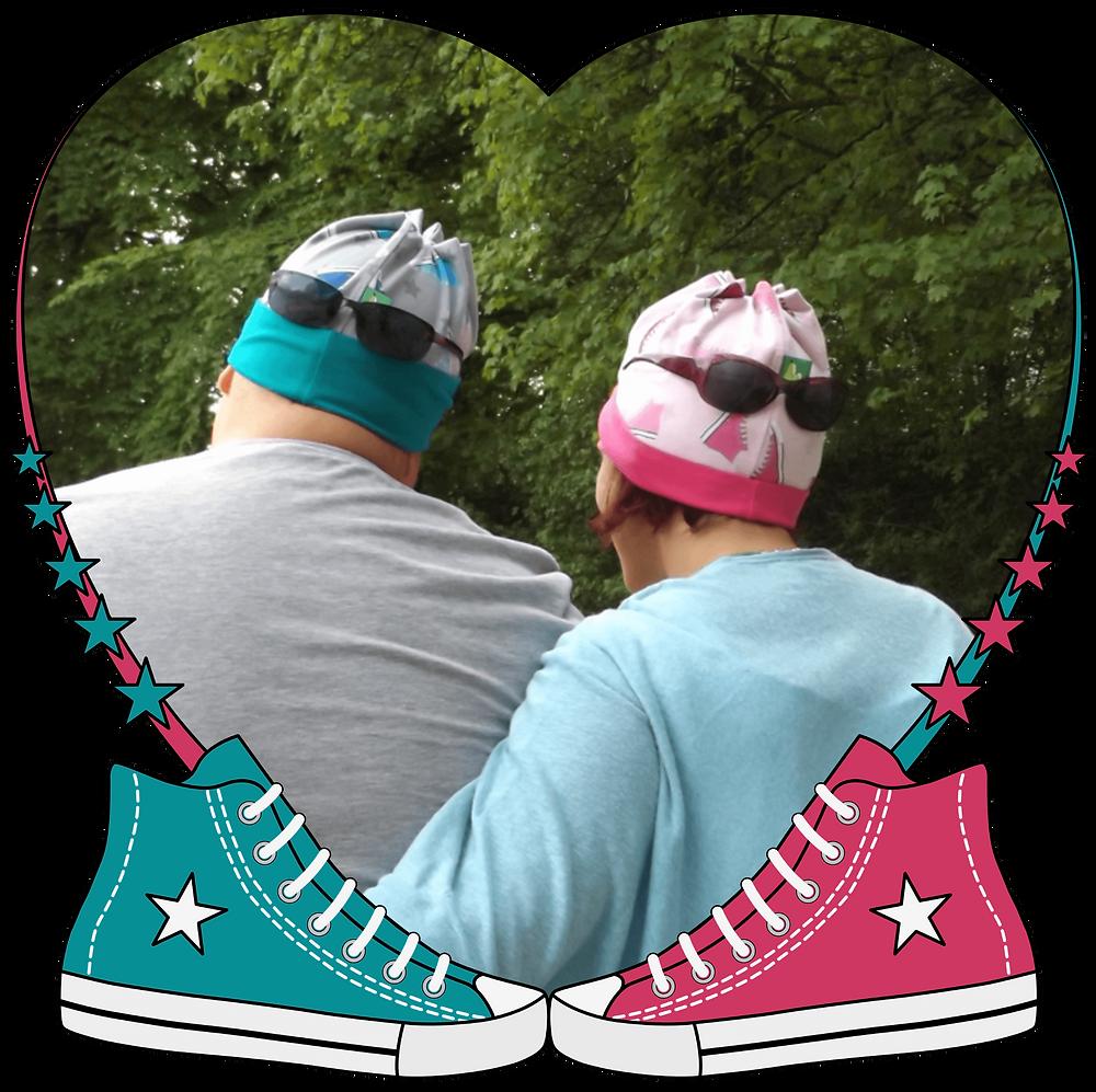 Sneaker Love: 2 Verliebte mit ihren Mützen im Partnerlook. Sixx-Zagg-Mützen von prettybanana.com. Deine individuelle Mütze aus München.