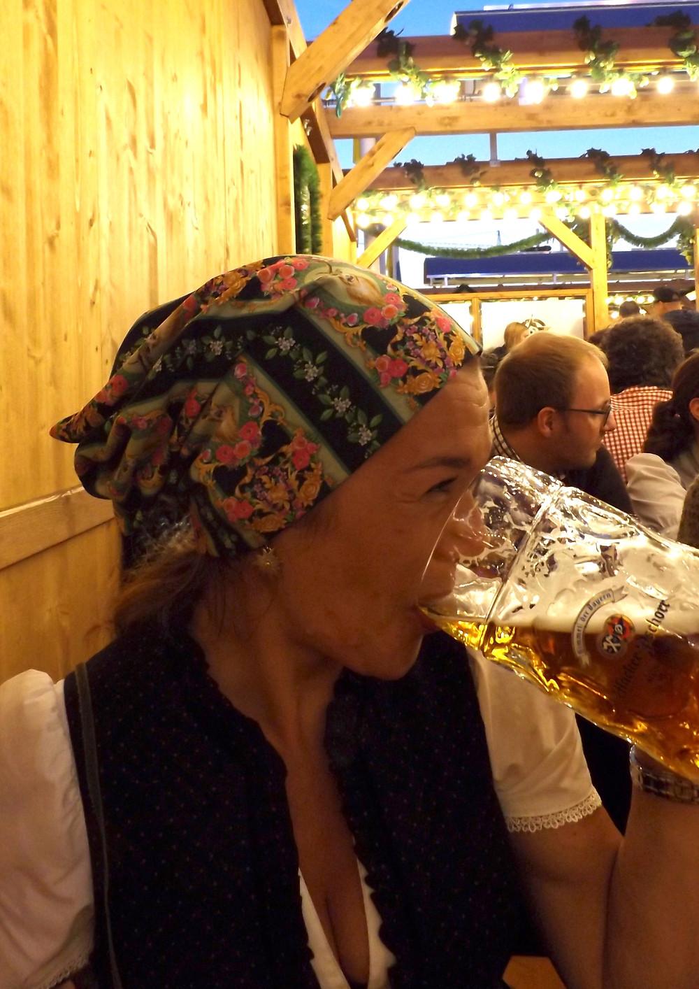 O'zapft is. Heike mit Longbeanie. Sixx-Zagg-Mützen von prettybanana.com. Deine individuelle Mütze aus München.