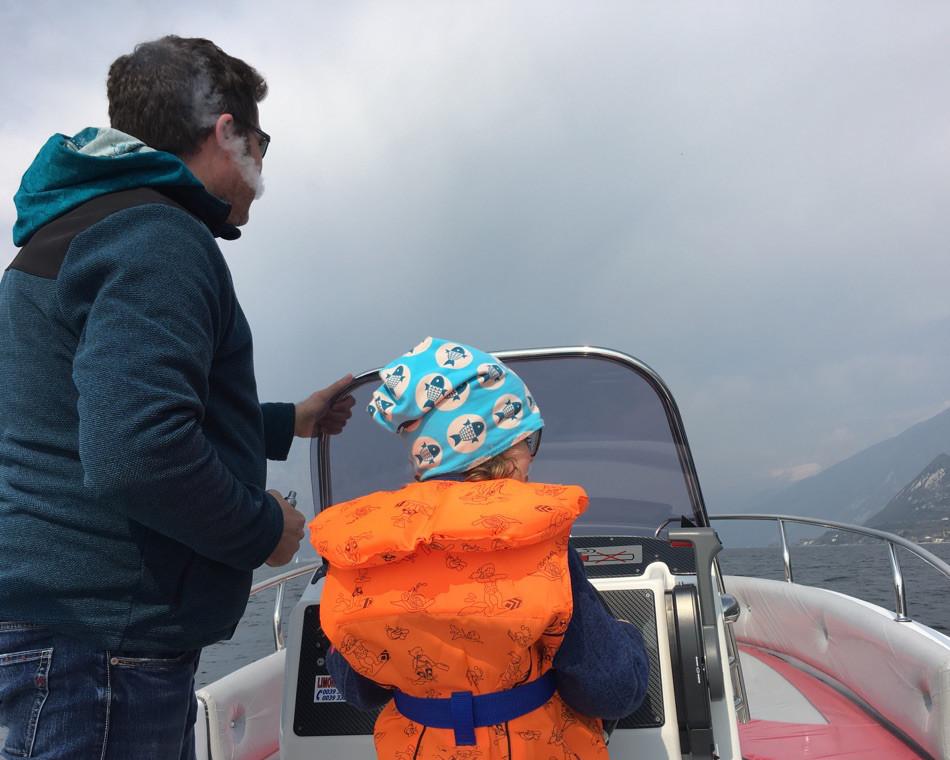 Eine kleine Münchnerin mit dem Motorboot auf dem Gardasee. Sixx-Zagg-Mützen von prettybanana.com. Deine individuelle Mütze aus München.
