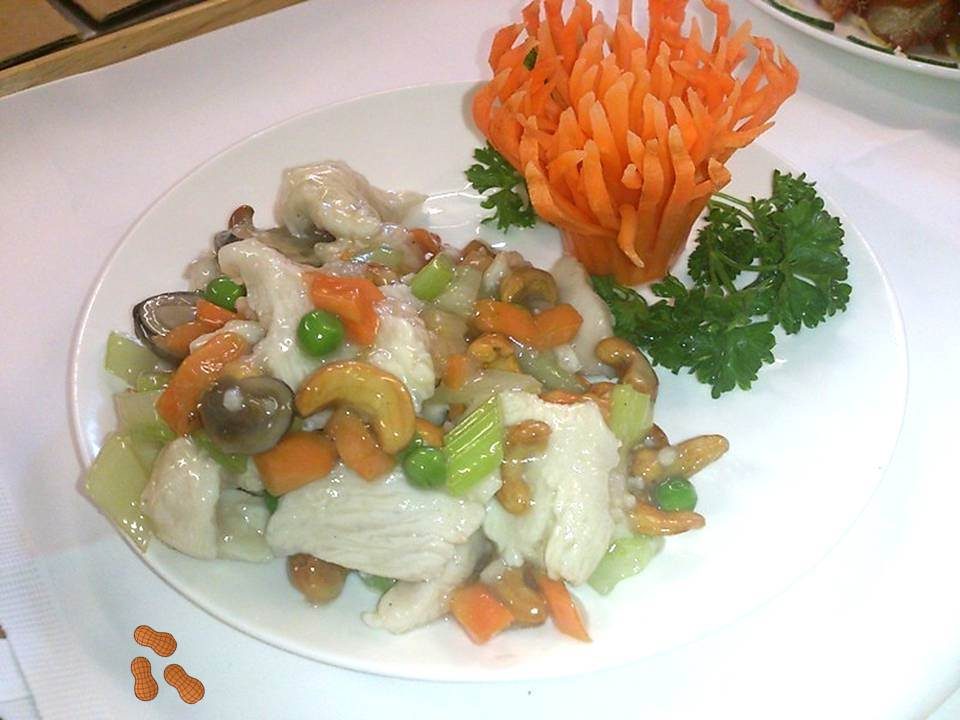 Chicken with Cashew Nuts in White Wine Sauce