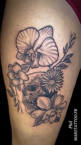 Fleurs et tête de mort
