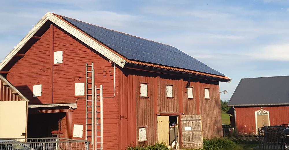 solpaneler på ett tak på en ladugård