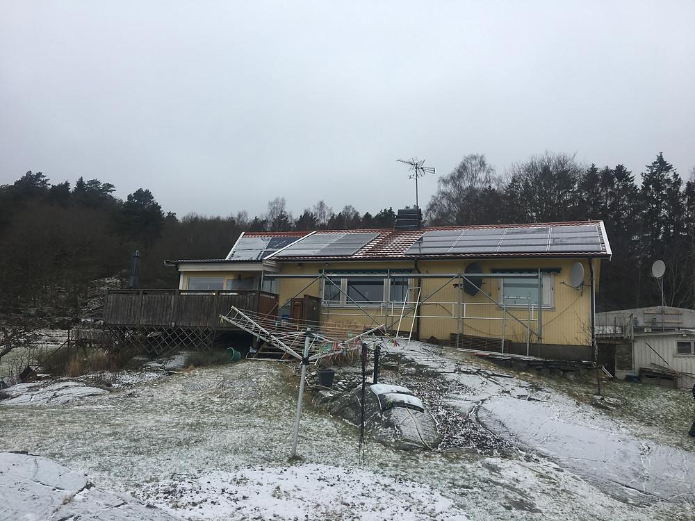 solpaneler installerade på villatak